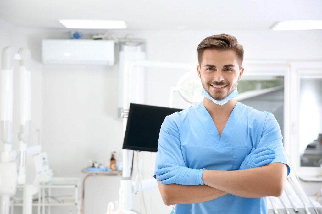 Zahnarzt laechelnd