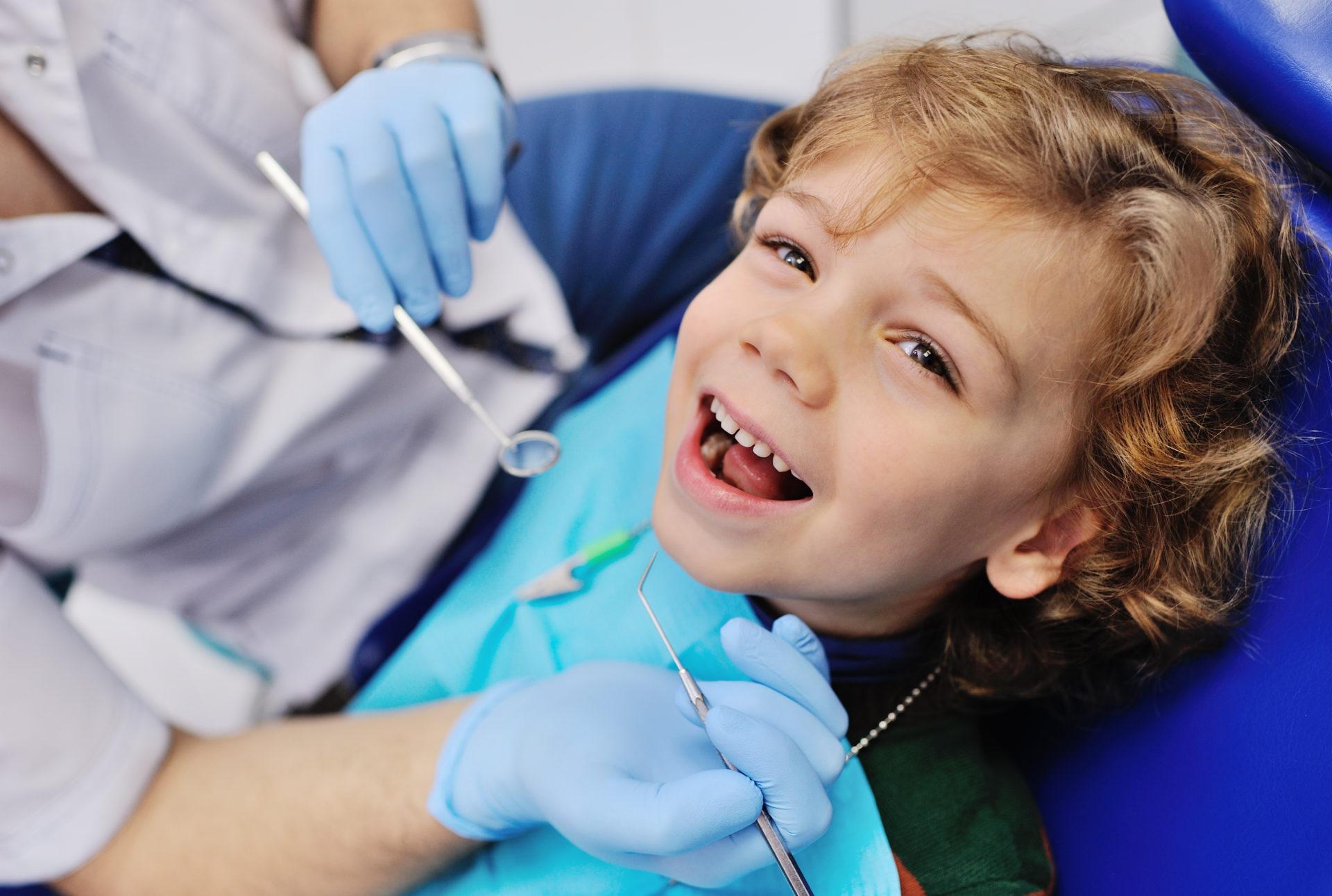 laechelnder junge beim zahnarzt