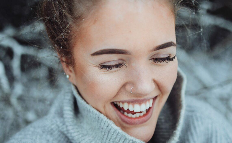 frau am lächeln im winter