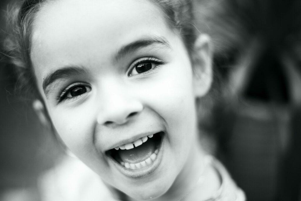 kind am lächeln schwarz weiss