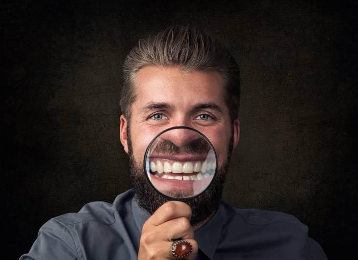 mann lumpe zeigt zähne